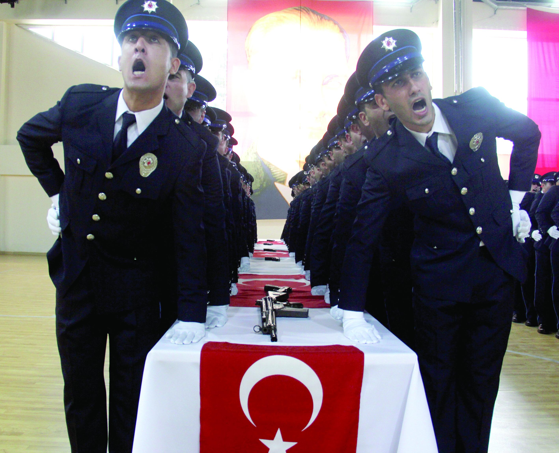 Yeni polislerin yemini herkesi ağlattı