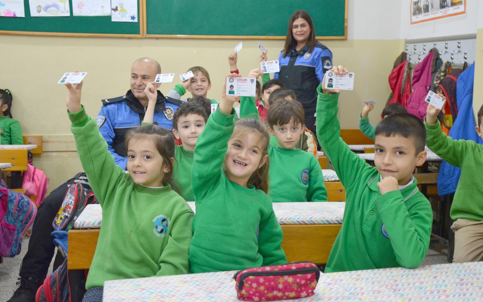 Emniyet, çocukları polis kimlik kartıyla suçlulara karşı uyarıyor
