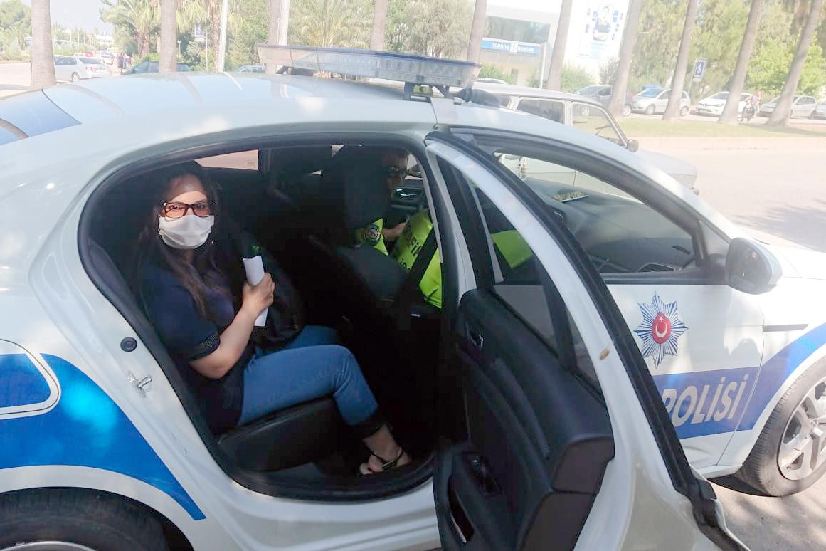 Sınava girecek öğrencilere polisten yardım eli