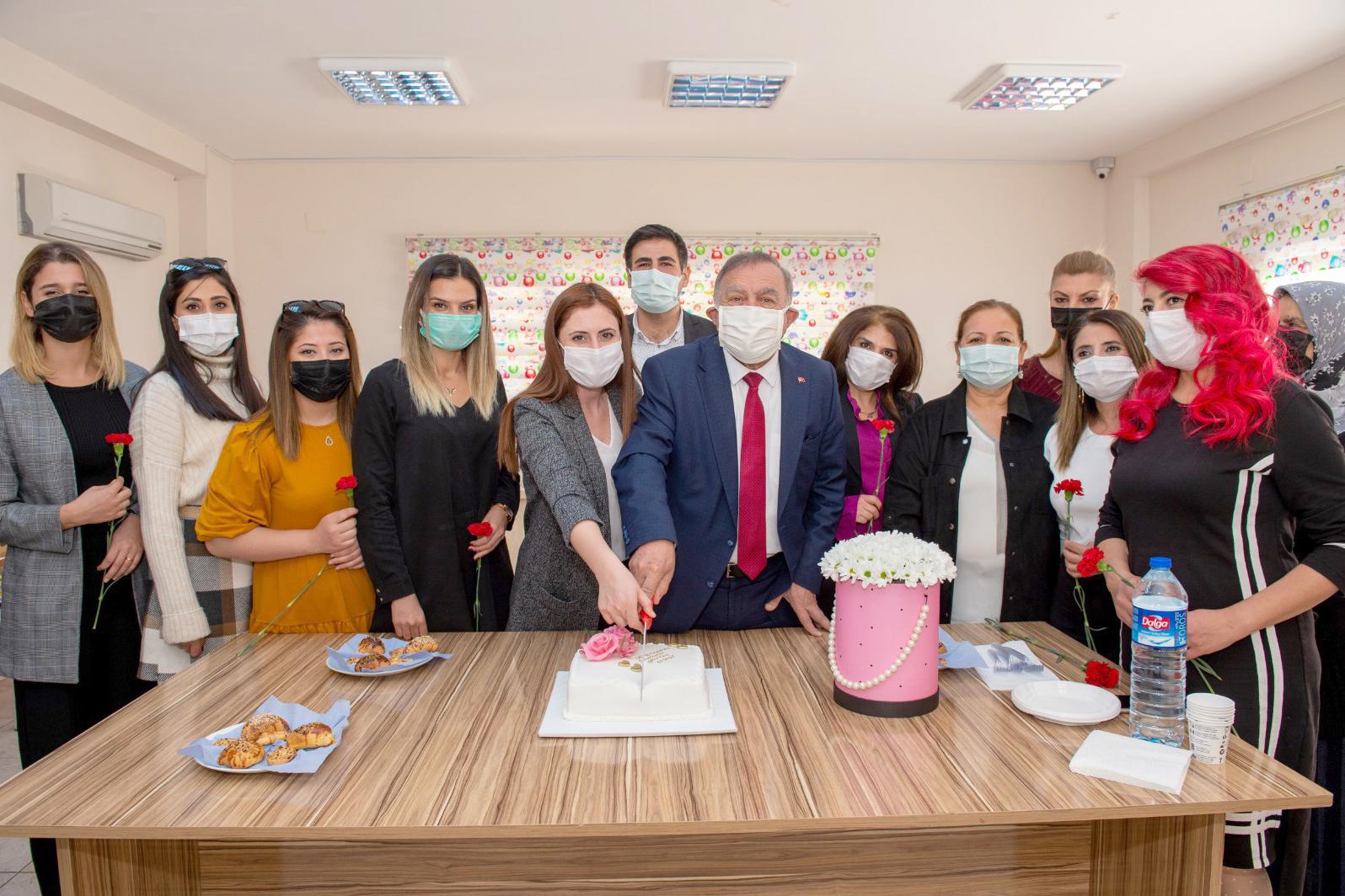 Akay, öğretmenlerle birlikte pasta kesti
